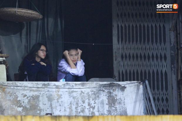 Vì đội tuyển Việt Nam, nhiều CĐV chấp nhận mạo hiểm, vắt vẻo ngồi trên nóc nhà, téc nước - Ảnh 8.