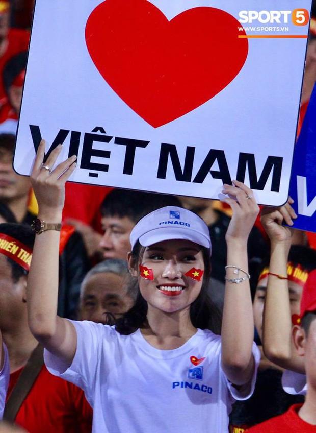 Những bóng hồng xinh xắn chiếm spotlight trước trận Việt Nam - Campuchia tại Hàng Đẫy - Ảnh 1.