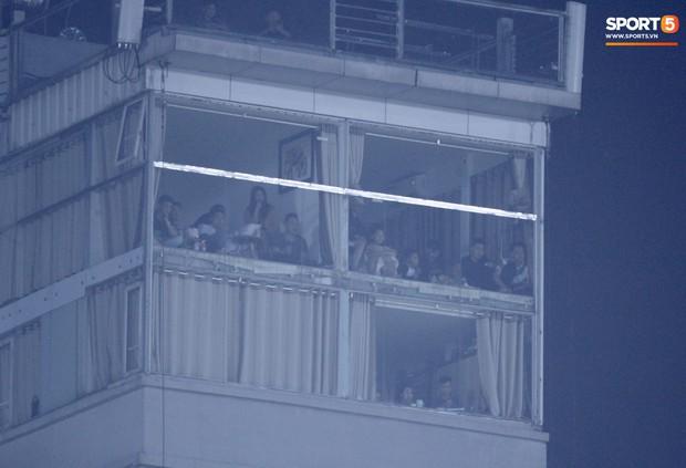 Vì đội tuyển Việt Nam, nhiều CĐV chấp nhận mạo hiểm, vắt vẻo ngồi trên nóc nhà, téc nước - Ảnh 7.