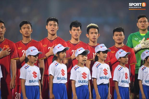 5 cầu thủ Hà Nội xúc động chào cờ trong trận đấu quốc tế cuối cùng tại Hàng Đẫy - Ảnh 2.