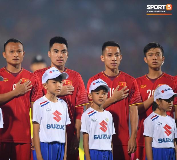 5 cầu thủ Hà Nội xúc động chào cờ trong trận đấu quốc tế cuối cùng tại Hàng Đẫy - Ảnh 3.