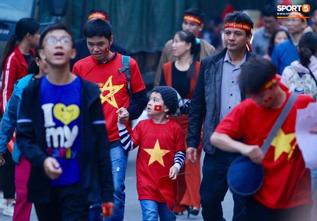 Cấm đường xung quanh sân Hàng Đẫy, phục vụ trận đấu giữa Việt Nam và Campuchia - Ảnh 1.