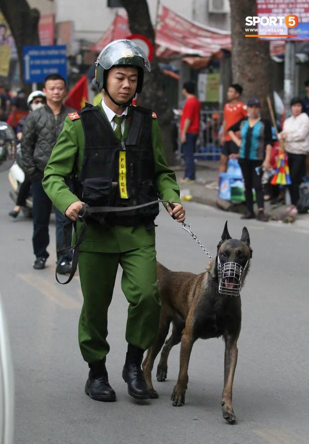 Cấm đường xung quanh sân Hàng Đẫy, phục vụ trận đấu giữa Việt Nam và Campuchia - Ảnh 6.