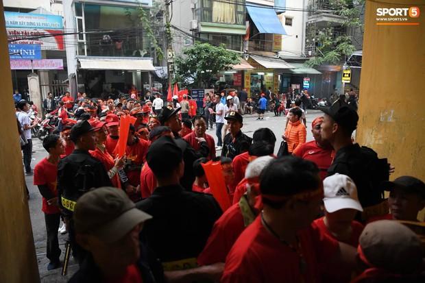 Cấm đường xung quanh sân Hàng Đẫy, phục vụ trận đấu giữa Việt Nam và Campuchia - Ảnh 4.
