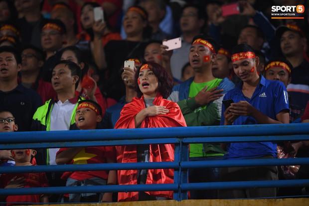 5 cầu thủ Hà Nội xúc động chào cờ trong trận đấu quốc tế cuối cùng tại Hàng Đẫy - Ảnh 4.