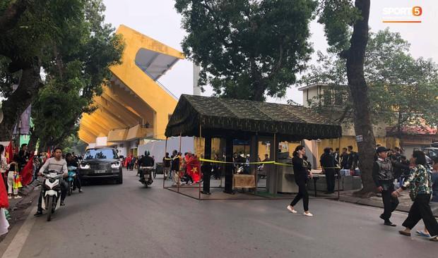 Cấm đường xung quanh sân Hàng Đẫy, phục vụ trận đấu giữa Việt Nam và Campuchia - Ảnh 2.