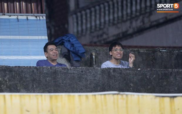 Vì đội tuyển Việt Nam, nhiều CĐV chấp nhận mạo hiểm, vắt vẻo ngồi trên nóc nhà, téc nước - Ảnh 5.