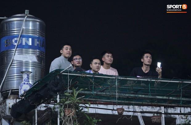 Vì đội tuyển Việt Nam, nhiều CĐV chấp nhận mạo hiểm, vắt vẻo ngồi trên nóc nhà, téc nước - Ảnh 2.