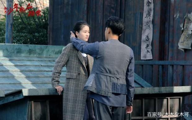 Dở khóc dở cười với nụ hôn không thuận hướng của Hoàng Tử Thao và Trương Tuyết Nghênh trên màn ảnh - Ảnh 5.