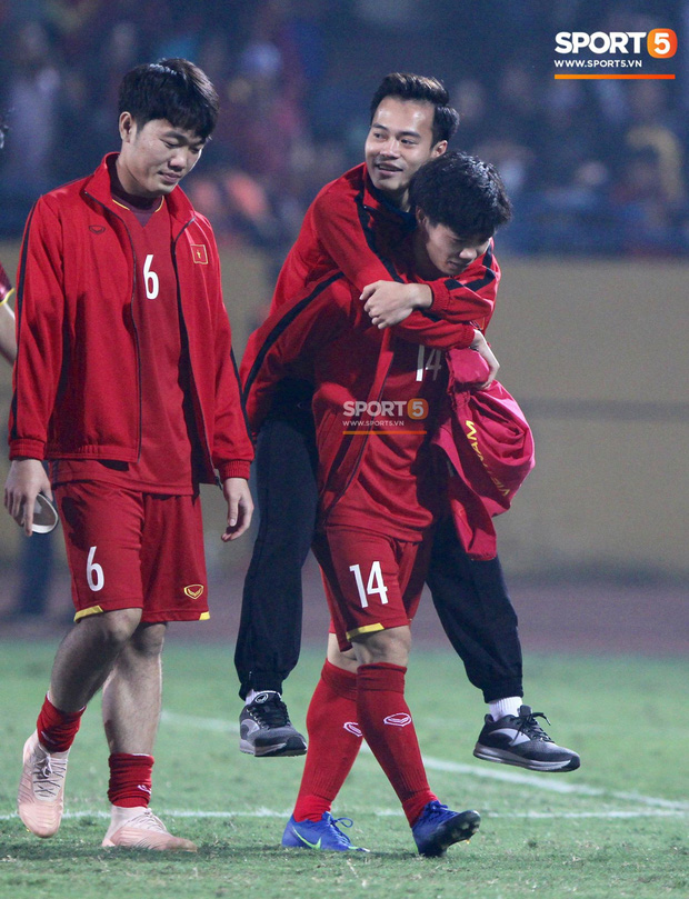 Công Phượng cõng Văn Toàn rời sân - khoảnh khắc của tình anh em gây xúc động - Ảnh 4.
