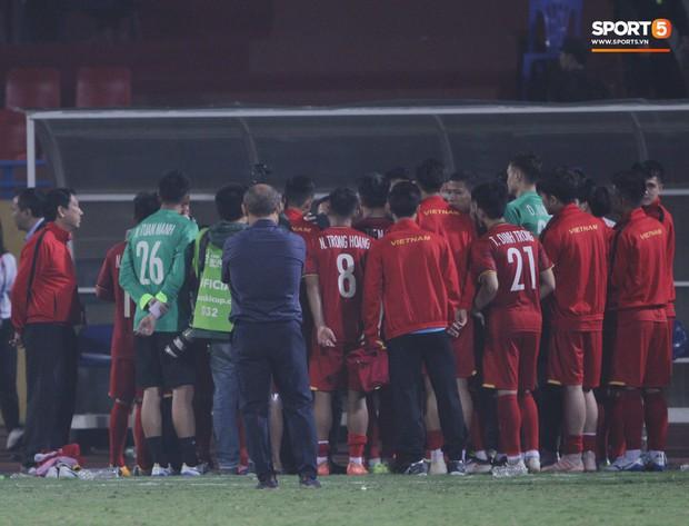 Hành động này của HLV Park Hang-seo khiến tất cả đều cảm động - Ảnh 2.