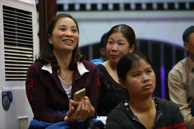 """Gia đình tuyển thủ Việt Nam """"mở hội"""" xem và cổ vũ đội bóng áo đỏ ở trận quyết định tấm vé bán kết - Ảnh 10."""