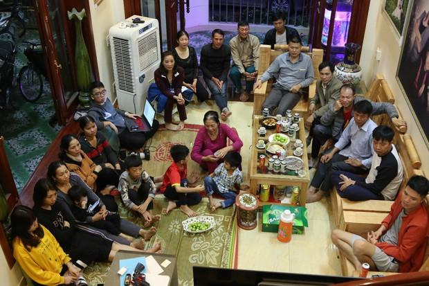 """Gia đình tuyển thủ Việt Nam """"mở hội"""" xem và cổ vũ đội bóng áo đỏ ở trận quyết định tấm vé bán kết - Ảnh 1."""