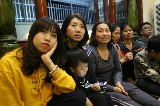 """Gia đình tuyển thủ Việt Nam """"mở hội"""" xem và cổ vũ đội bóng áo đỏ ở trận quyết định tấm vé bán kết - Ảnh 6."""
