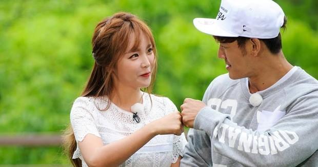 Từng bị gán ghép, Song Ji Hyo nói gì khi Kim Jong Kook mập mờ tình cảm với mỹ nhân Hong Jin Young? - Ảnh 2.