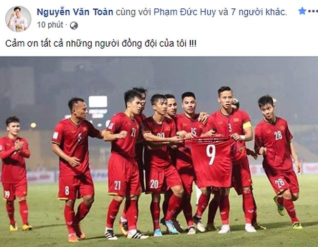 Văn Toàn bật khóc khi đồng đội giơ áo số 9 ăn mừng bàn thắng - Ảnh 3.