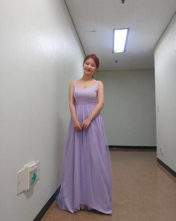 Cùng là một lần hở hiếm hoi: Kim Yoo Jung gây choáng với vòng 1 khủng, Kim So Hyun lại khiêm tốn thế này? - Ảnh 6.