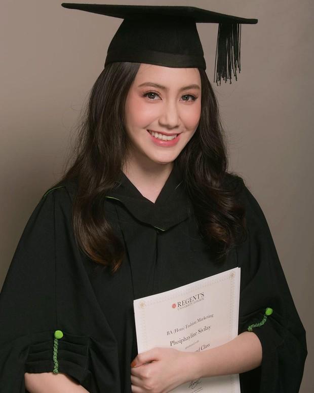 Hot girl Lào gốc Việt xinh đẹp nổi bật trong lễ tốt nghiệp đại học tại Anh - Ảnh 1.
