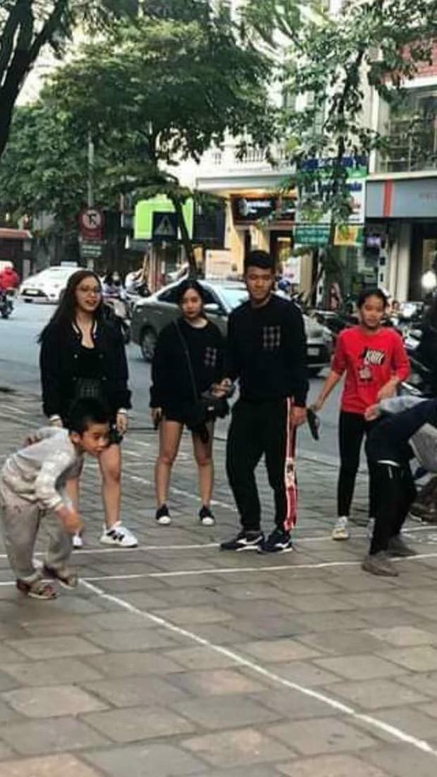 Lộ hình ảnh Hà Đức Chinh diện áo đôi, nắm tay một cô gái trên phố  - Ảnh 1.