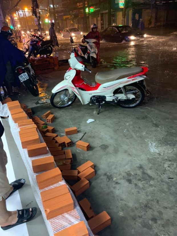 Dân Sài Gòn đồng loạt chia sẻ ảnh và clip chống bão, lội ngập trong trận mưa như trút cả ngày vì bão số 9 - Ảnh 8.