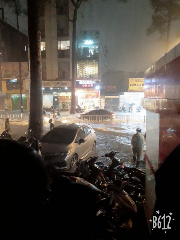 Dân Sài Gòn đồng loạt chia sẻ ảnh và clip chống bão, lội ngập trong trận mưa như trút cả ngày vì bão số 9 - Ảnh 6.
