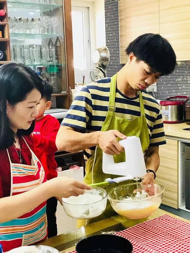Công Phượng vào bếp, đeo tạp dề học làm bánh - Ảnh 2.