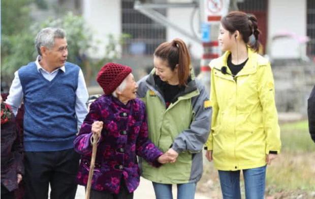 Làm từ thiện, Triệu Vy bị soi đi giày hiệu đắt gấp 10 lần giày của Lâm Tâm Như - Ảnh 5.