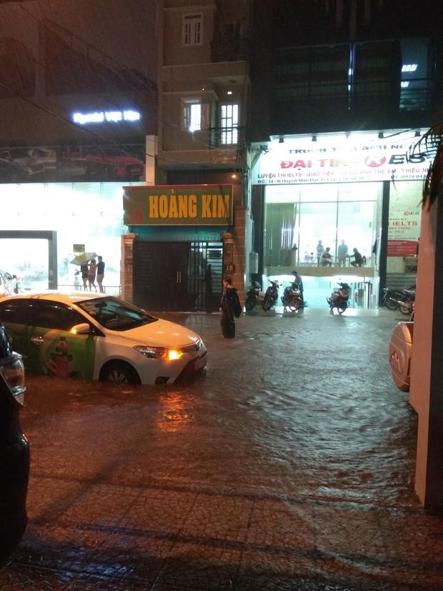 Dân Sài Gòn đồng loạt chia sẻ ảnh và clip chống bão, lội ngập trong trận mưa như trút cả ngày vì bão số 9 - Ảnh 4.