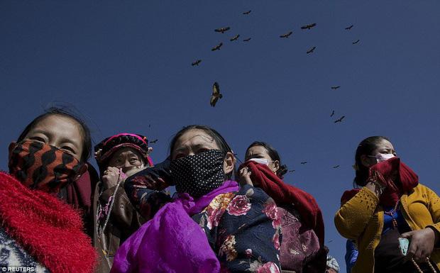 Ngôi mộ bầu trời - tục mai táng rùng rợn của người Tây Tạng - Ảnh 1.