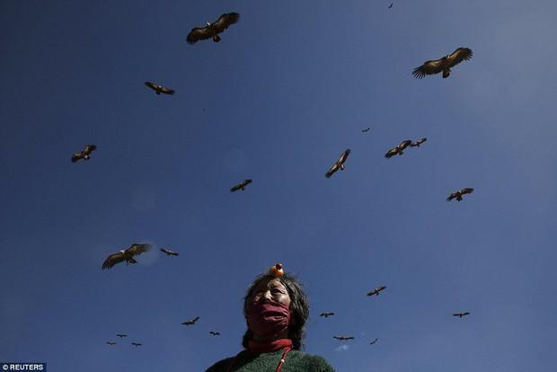 Ngôi mộ bầu trời - tục mai táng rùng rợn của người Tây Tạng - Ảnh 2.