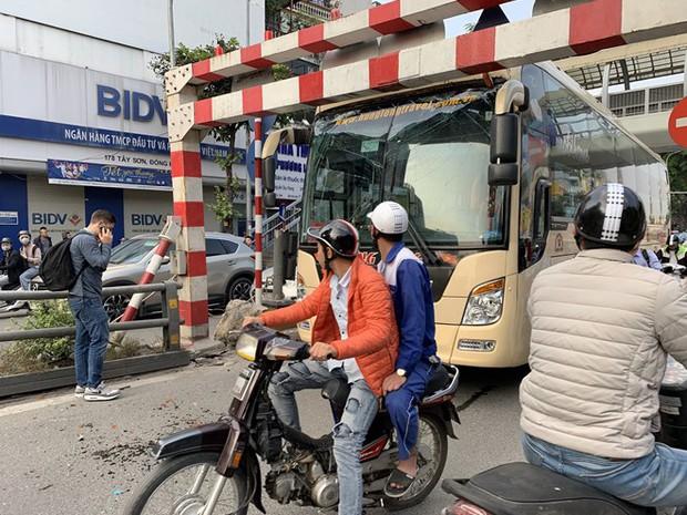 Xe khách giường nằm đâm tung barie cầu vượt ở Hà Nội  - Ảnh 1.