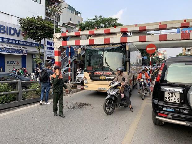 Xe khách giường nằm đâm tung barie cầu vượt ở Hà Nội  - Ảnh 2.