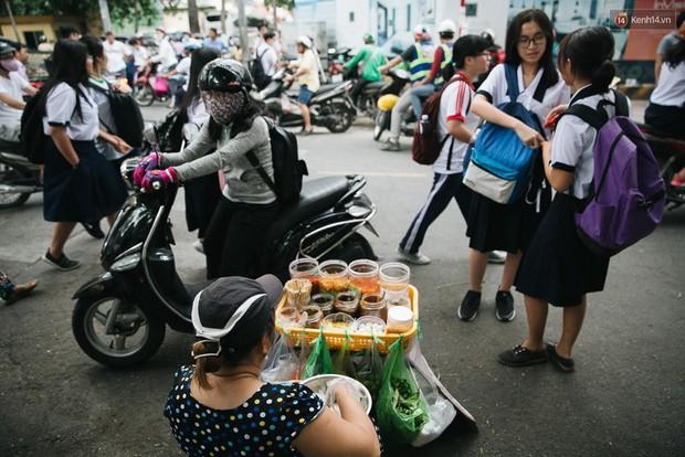 Đặc sản ăn vặt Sài Gòn: độ chất được đảm bảo bằng... tên trường học - Ảnh 1.
