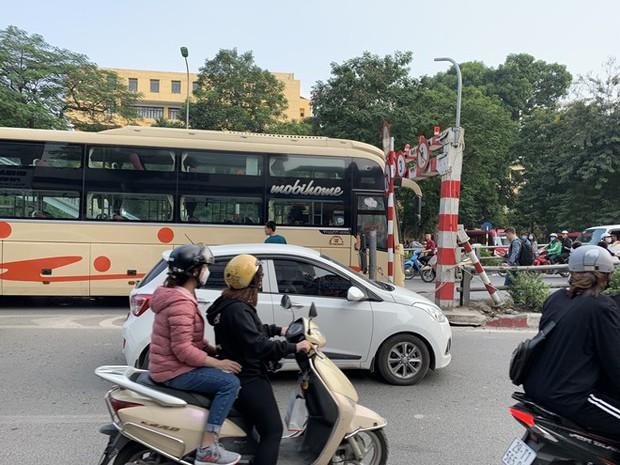 Xe khách giường nằm đâm tung barie cầu vượt ở Hà Nội  - Ảnh 4.