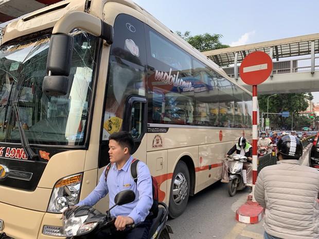 Xe khách giường nằm đâm tung barie cầu vượt ở Hà Nội  - Ảnh 3.