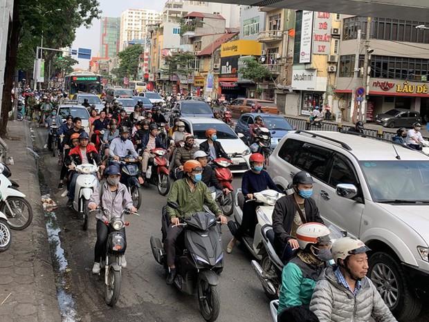Xe khách giường nằm đâm tung barie cầu vượt ở Hà Nội  - Ảnh 5.