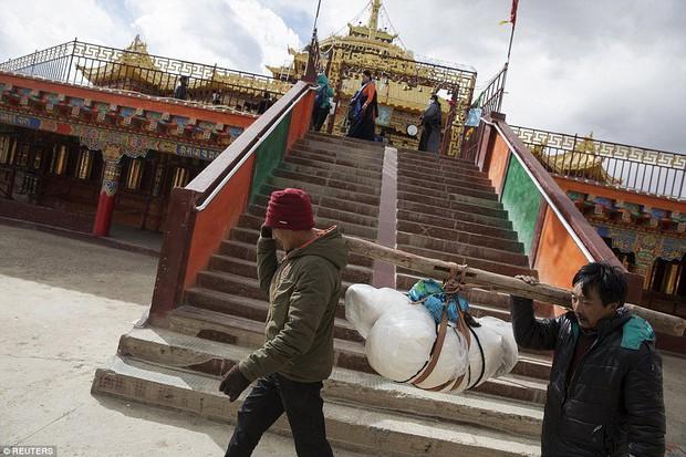 Ngôi mộ bầu trời - tục mai táng rùng rợn của người Tây Tạng - Ảnh 6.