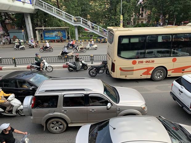 Xe khách giường nằm đâm tung barie cầu vượt ở Hà Nội  - Ảnh 6.