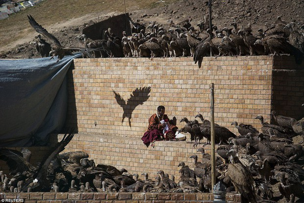Ngôi mộ bầu trời - tục mai táng rùng rợn của người Tây Tạng - Ảnh 7.