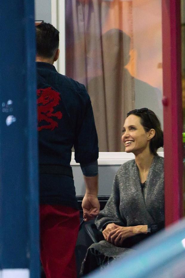 Angelina Jolie bị bắt gặp tán tỉnh và xin số điện thoại thầy giáo của con gái? - Ảnh 1.