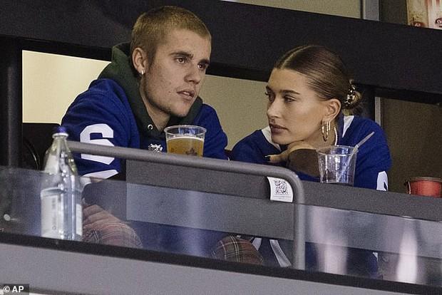 Justin Bieber dẫn vợ mới cưới đi xem thể thao nhưng DJ lại toàn phát nhạc... Selena Gomez - Ảnh 1.