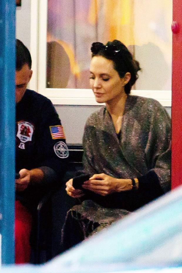 Angelina Jolie bị bắt gặp tán tỉnh và xin số điện thoại thầy giáo của con gái? - Ảnh 2.