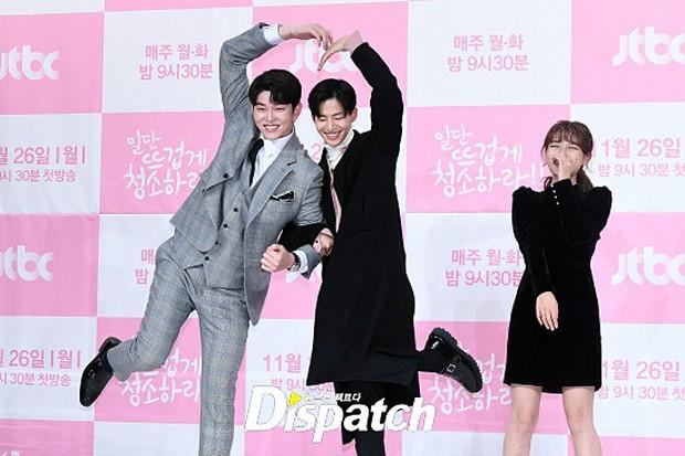 Sự kiện dở khóc dở cười: Nữ chính Kim Yoo Jung xinh đẹp bị ra rìa, nam chính và phụ công khai nắm tay tình tứ - Ảnh 10.