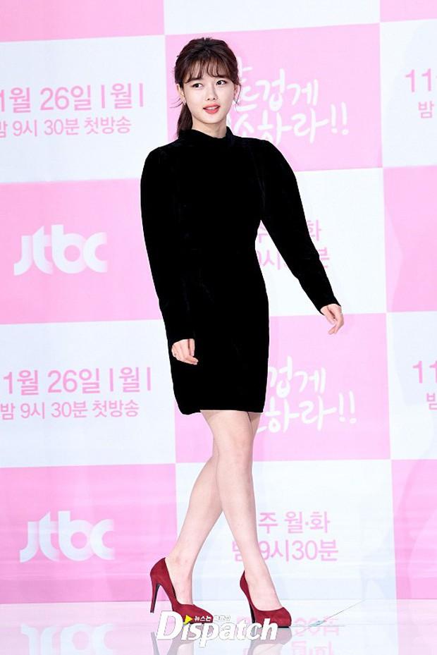 Sự kiện dở khóc dở cười: Nữ chính Kim Yoo Jung xinh đẹp bị ra rìa, nam chính và phụ công khai nắm tay tình tứ - Ảnh 2.
