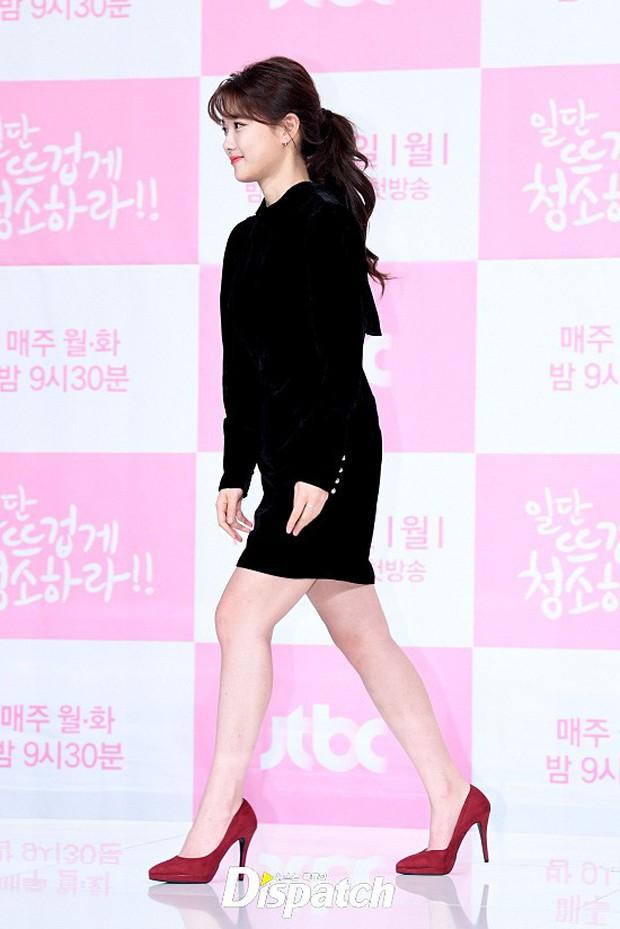Sự kiện dở khóc dở cười: Nữ chính Kim Yoo Jung xinh đẹp bị ra rìa, nam chính và phụ công khai nắm tay tình tứ - Ảnh 1.