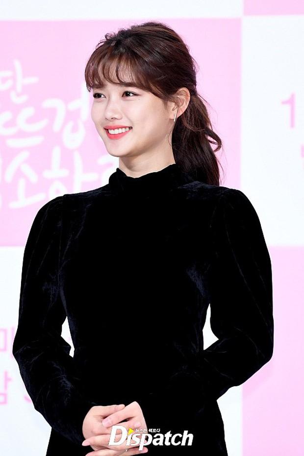 Sự kiện dở khóc dở cười: Nữ chính Kim Yoo Jung xinh đẹp bị ra rìa, nam chính và phụ công khai nắm tay tình tứ - Ảnh 4.