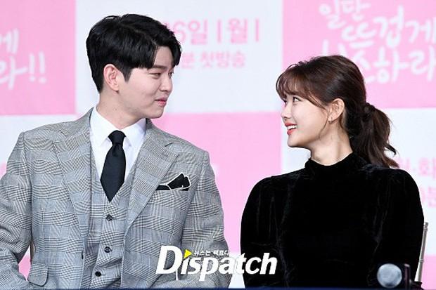 Sự kiện dở khóc dở cười: Nữ chính Kim Yoo Jung xinh đẹp bị ra rìa, nam chính và phụ công khai nắm tay tình tứ - Ảnh 6.