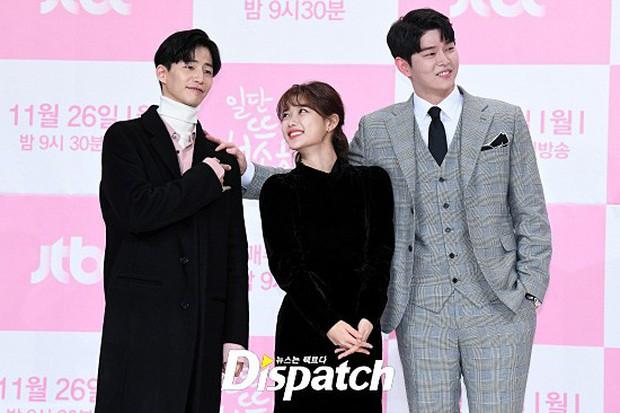 Sự kiện dở khóc dở cười: Nữ chính Kim Yoo Jung xinh đẹp bị ra rìa, nam chính và phụ công khai nắm tay tình tứ - Ảnh 8.