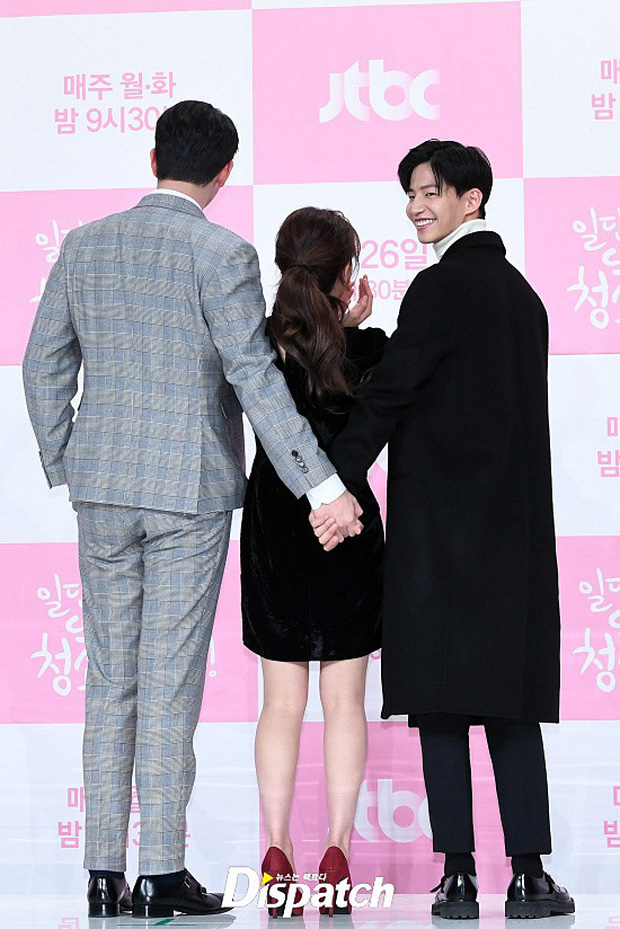 Sự kiện dở khóc dở cười: Nữ chính Kim Yoo Jung xinh đẹp bị ra rìa, nam chính và phụ công khai nắm tay tình tứ - Ảnh 9.