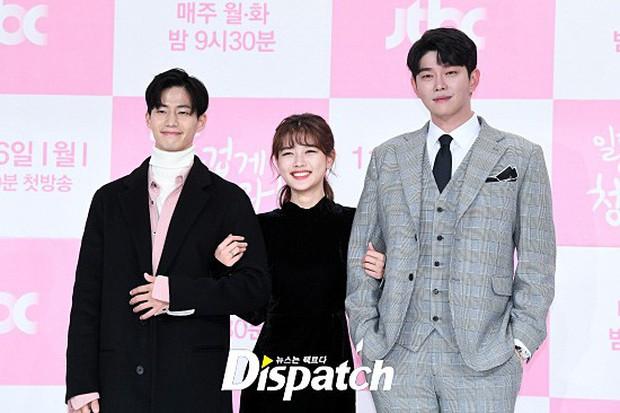 Sự kiện dở khóc dở cười: Nữ chính Kim Yoo Jung xinh đẹp bị ra rìa, nam chính và phụ công khai nắm tay tình tứ - Ảnh 7.